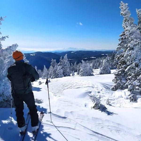 Кадри от краткия преход със ски с колани в района на Перелик